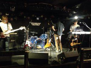 リハーサル風景。五人目のメンバーは小さなギタープレイヤー。